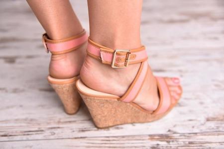 Sandały na korkowej koturnie róż