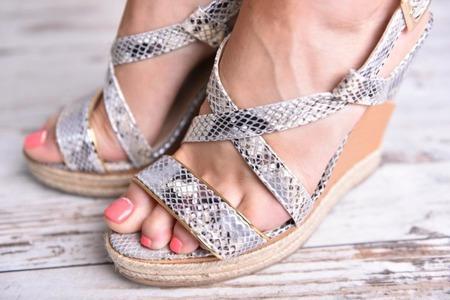 Wężowe sandały na koturnie